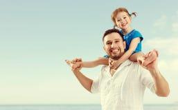 Fête des pères heureuse de famille fille de père et d'enfant jouant et Image stock
