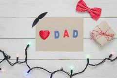 Fête des pères heureuse de vue supérieure Coeur et mot rouges Image libre de droits