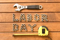 Fête du travail Différents outils sur le fond en bois images stock