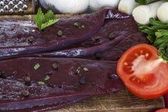Fígado cru e tomates frescos Fotos de Stock Royalty Free