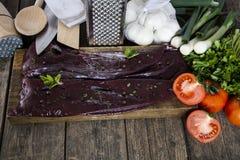 Fígado cru, vegetais e cutelaria Fotografia de Stock