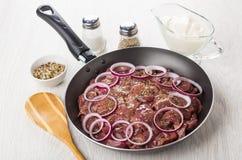 Fígado de galinha na frigideira, no sal, na pimenta e no creme de leite Fotografia de Stock