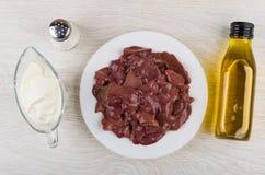 Fígado de galinha na placa, óleo vegetal, sal, creme de leite Fotografia de Stock Royalty Free