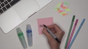 FÍSICA da escrita da mão da mulher no bloco de notas video estoque