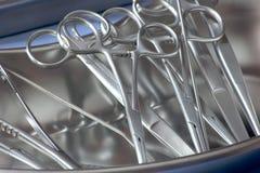 Fórceps cirúrgico de Steril na bandeja do rim Imagens de Stock Royalty Free