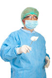 Fórceps envejecido medio del asimiento de la mujer del cirujano Fotos de archivo libres de regalías