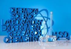 Fórmula de la ciencia de la química, cristalería de laboratorio Fotos de archivo