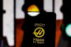 Fórmula 1 del equipo de Rich Energy Haas F1 'del logotipo del equipo 'en la pantalla del dispositivo móvil Haas disputa el campeo imagenes de archivo