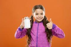 Fórmula del multivitamin completo y de los niños minerales Suplementos de la vitamina de la toma Botella de las medicinas del con imágenes de archivo libres de regalías