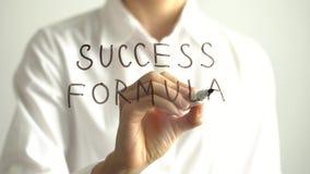 Fórmula do sucesso da escrita da mulher na tela transparente A mulher de negócios escreve a bordo Fotografia de Stock