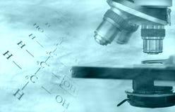 Fórmula e microscópio da química Foto de Stock Royalty Free