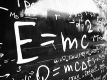 Fórmula EMC2 na placa preta imagens de stock royalty free