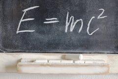 Fórmula física bien conocida escrita en tiza en la pizarra Imágenes de archivo libres de regalías