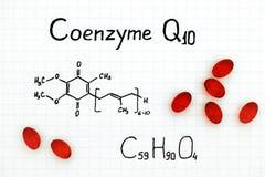 Fórmula química de la coenzima Q10 con las píldoras rojas foto de archivo libre de regalías