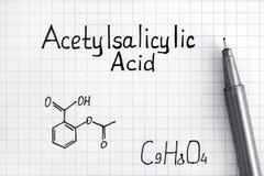Fórmula química del ácido acetilsalicílico con la pluma Imágenes de archivo libres de regalías