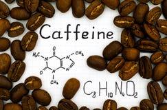 Fórmula química del cafeína con los granos de café imágenes de archivo libres de regalías