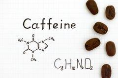 Fórmula química del cafeína con los granos de café imagen de archivo