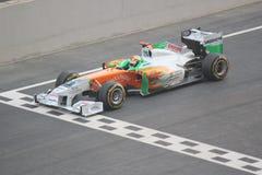Fórmula 1 que compite con la línea automotriz del comienzo Fotos de archivo libres de regalías