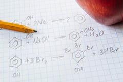 Fórmulas de la ciencia de la química en la hoja blanca Imagen de archivo libre de regalías