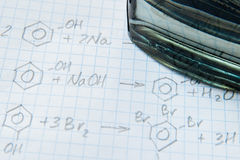 Fórmulas de la ciencia de la química en la hoja blanca Fotos de archivo