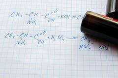Fórmulas de la ciencia de la química en la hoja blanca Foto de archivo