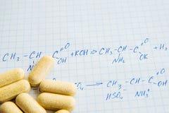Fórmulas de la ciencia de la química en la hoja blanca Imagen de archivo
