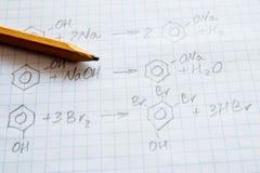 Fórmulas de la ciencia de la química en la hoja blanca Imagenes de archivo