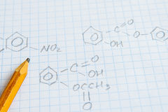 Fórmulas de la ciencia de la química en la hoja blanca Fotografía de archivo