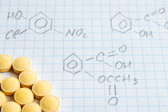 Fórmulas de la ciencia de la química en la hoja blanca Imágenes de archivo libres de regalías