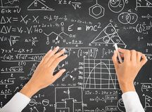 Fórmulas de la ciencia y de la matemáticas en la pizarra Imagen de archivo