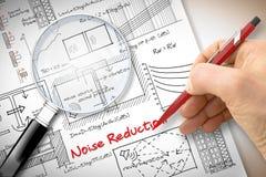 Fórmulas de la escritura del ingeniero sobre la reducción del nivel de ruidos en edificios - imagen del concepto vista a través u foto de archivo