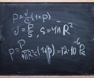 Fórmulas de la física en la pizarra Fotografía de archivo libre de regalías