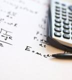 Fórmulas de la física escritas en un Libro Blanco Foto de archivo libre de regalías