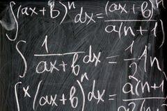 Fórmulas de la matemáticas escritas en tiza en fondo de la escuela Fotos de archivo libres de regalías