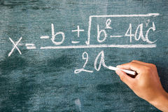 Fórmulas de la matemáticas escritas por la tiza blanca Imagen de archivo libre de regalías