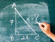 Fórmulas de la matemáticas escritas por la tiza blanca en la pizarra Fotografía de archivo libre de regalías
