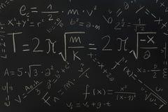 Fórmulas físicas em um quadro-negro Fotos de Stock Royalty Free