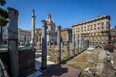 Fórum do ` s de Trajan e de ` s de Trajan coluna em Roma fotos de stock