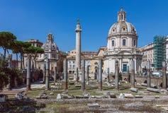 Fórum do ` s de Trajan em Roma Ruínas romanas antigas do fórum do ` s de Trajan imagem de stock