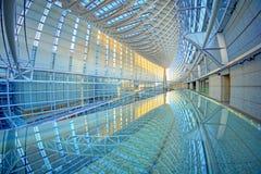 Fórum internacional do Tóquio com reflexão Imagens de Stock