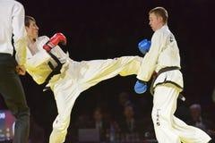 Fósforo Adlan Bisayev de Taekwondo contra Evgeny Otsimik Fotos de Stock Royalty Free