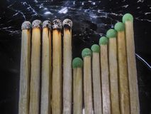 Fósforo com os fósforos novos no assoalho do cimento fotos de stock