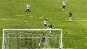 Fósforo de futebol Argentina-Bolívia do futebol no La Paz Stadium Foto de Stock