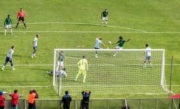 Fósforo de futebol Argentina-Bolívia do futebol no La Paz Stadium Imagens de Stock