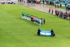 Fósforo de futebol Argentina-Bolívia do futebol no La Paz Stadium Fotografia de Stock