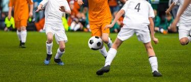 Fósforo de futebol da juventude Jogadores de futebol novos que retrocedem o jogo de futebol novo Imagem de Stock
