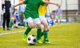 Fósforo de futebol do futebol para crianças crianças que jogam o jogo de futebol Fotos de Stock