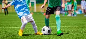Fósforo de futebol do futebol para crianças crianças que jogam o tou do jogo de futebol Fotografia de Stock Royalty Free