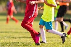 Fósforo de futebol dos jogadores das jovens crianças no campo de futebol Imagem de Stock Royalty Free