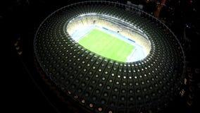Fósforo de futebol na arena esportiva moderna, iluminação da noite, vista de cima de vídeos de arquivo